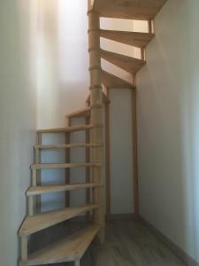 escaliers pour aller à la deuxième chambre